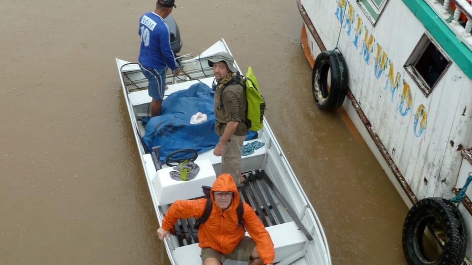 Autor Bruno Amrein und Kameramann Laurent Stoop fahren im Wassertaxi über den Amazonas.