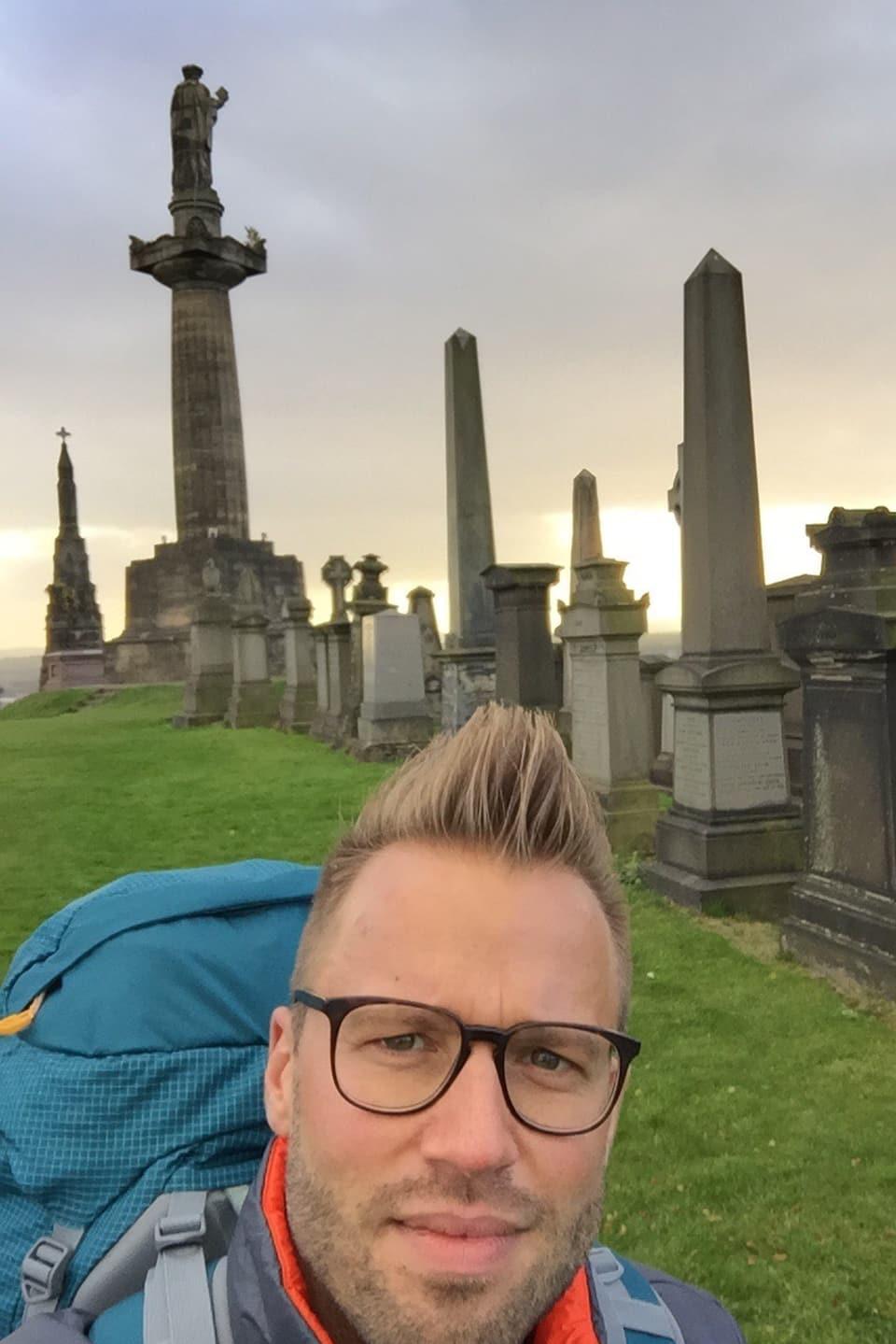 Jonny Fischer im Vordergrund, im Hintergrund the Necropolis in Glasgow.