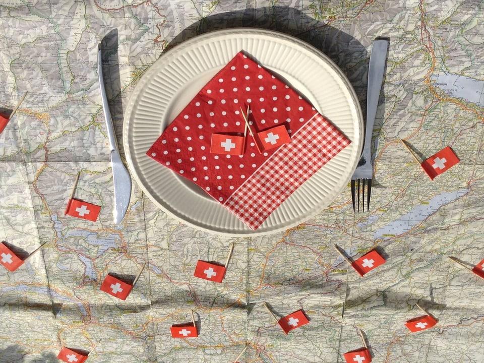 Die alte Schweizer Strassenkarte wird zum 1. August-Tischtuch.