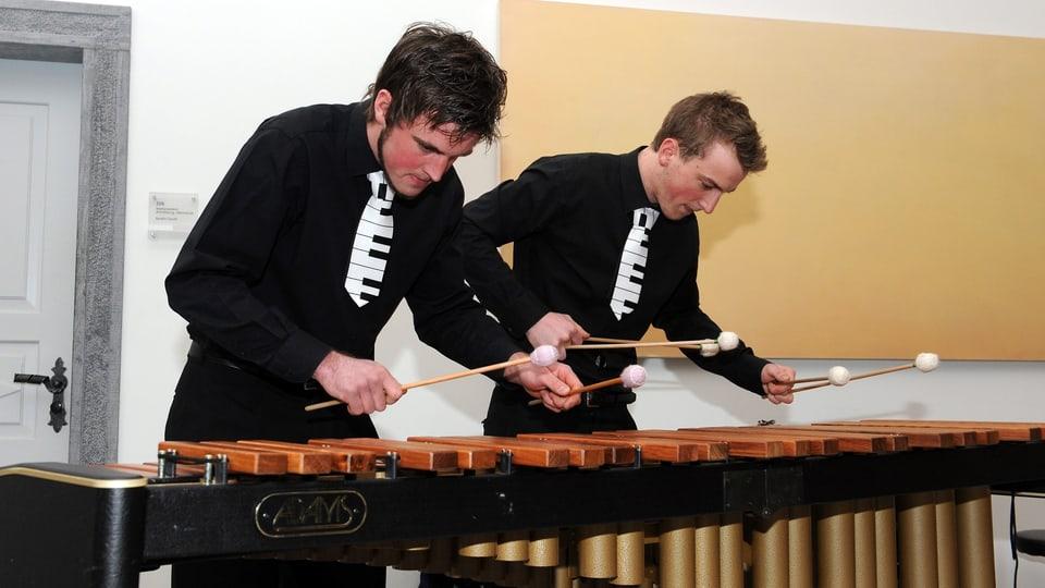 Jon Flurin ed Andrin Kienz che sunan xilofon.