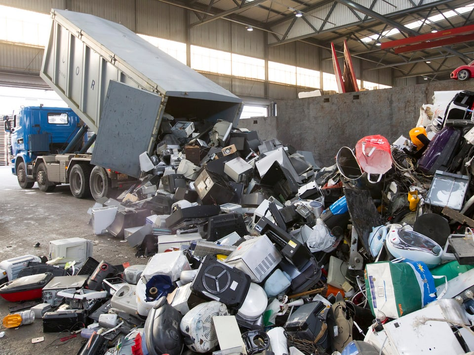 Recycling-Halle mit Elektroschrott.