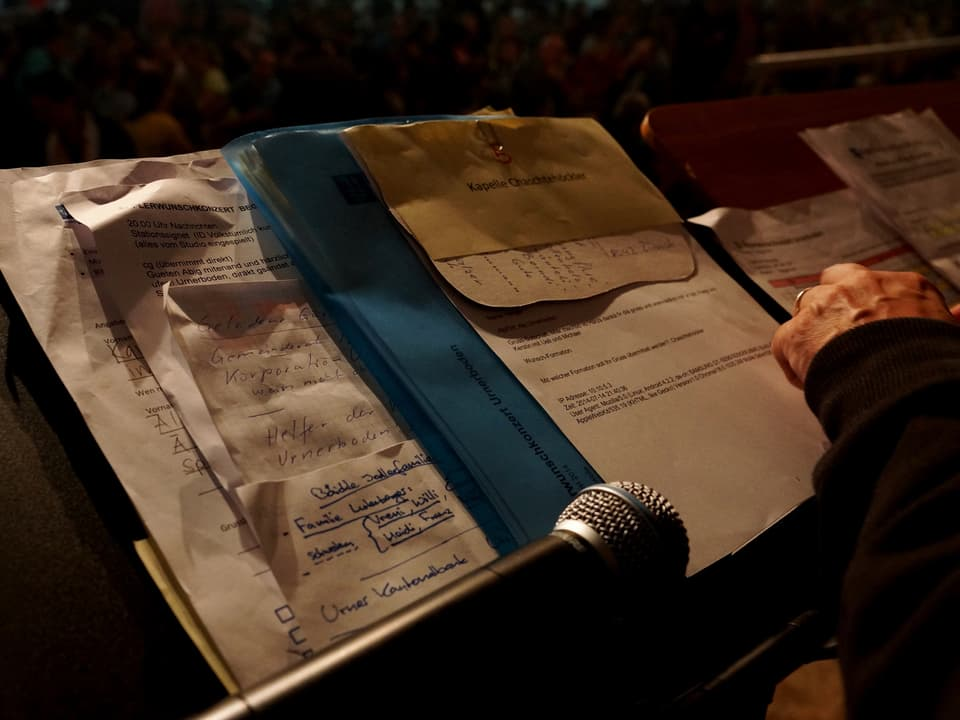 Ein Notenständen mit Blättern, auf denen jede Menge Notizen stehen.