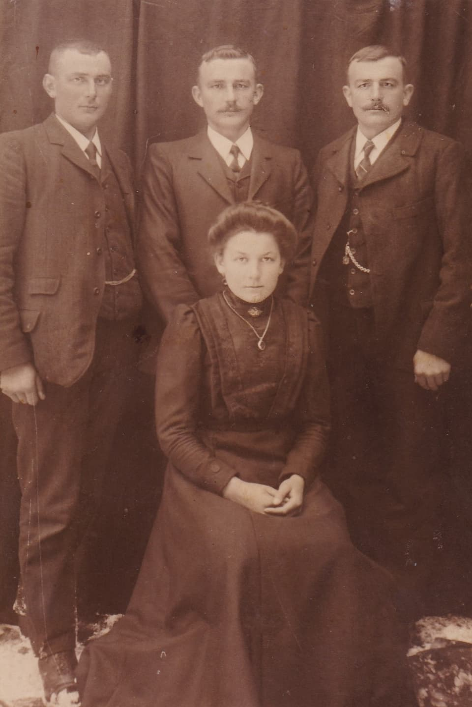 Ils uffants da Gion Placi e Marie Thérèse Louise Cadruvi: Placi, Pieder e Georges (davos da sanester). davant: Barla.