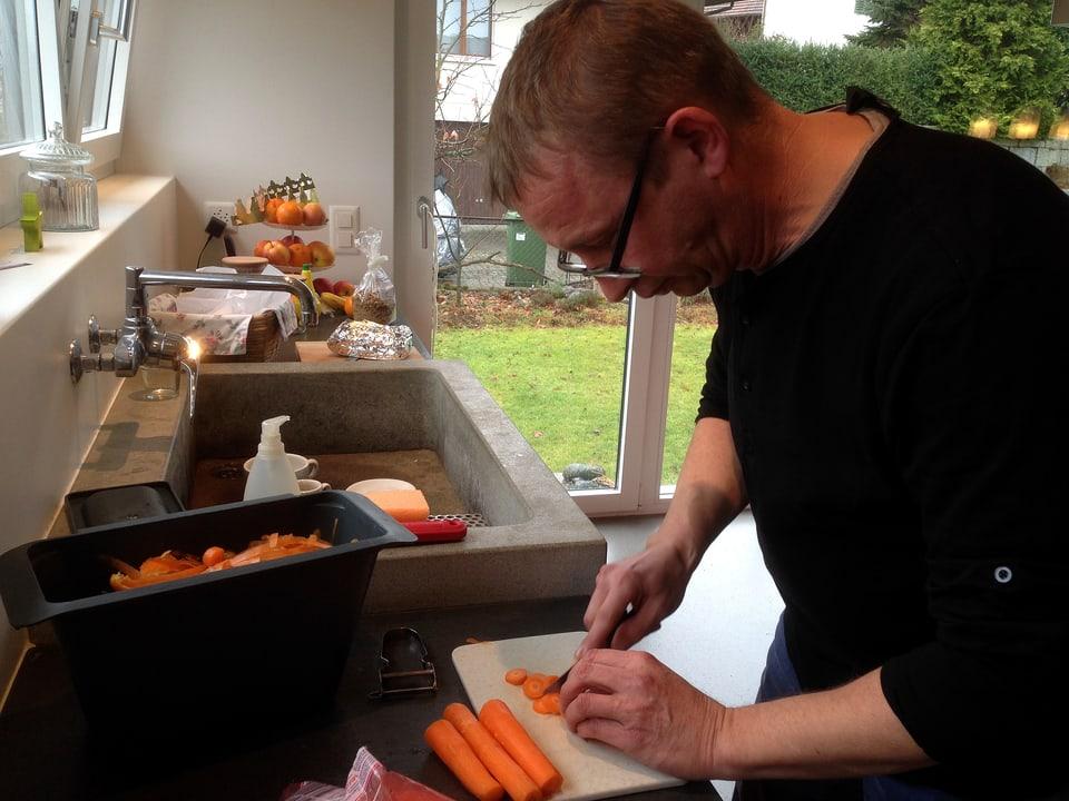 Philipp Galizia in seiner Küche am Gemüserüsten.