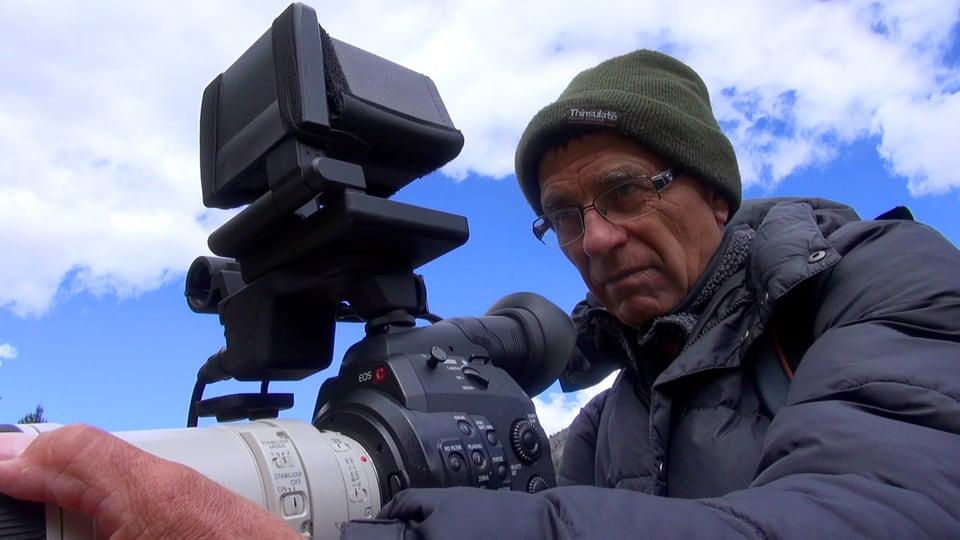 Geduldsspiel: Tierfilmer Jost Schneider hat mit viel Geduld und Behutsamkeit das Vertrauen einer Murmeltierfamilie in den St. Galler Alpen gewonnen (Jost Schneider am Filmen).