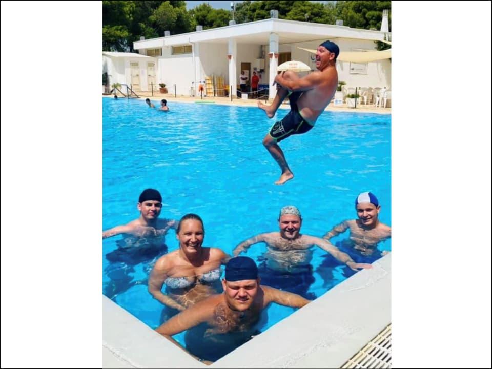 Divertiment cun ils collegas en il pool
