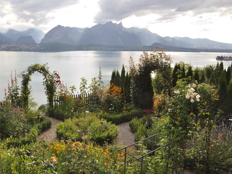 Idylle am See: Ein Garten in Courage (BE).