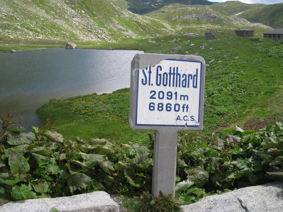 Viele Wanderschilder auf der Gotthard-Passhöhe.