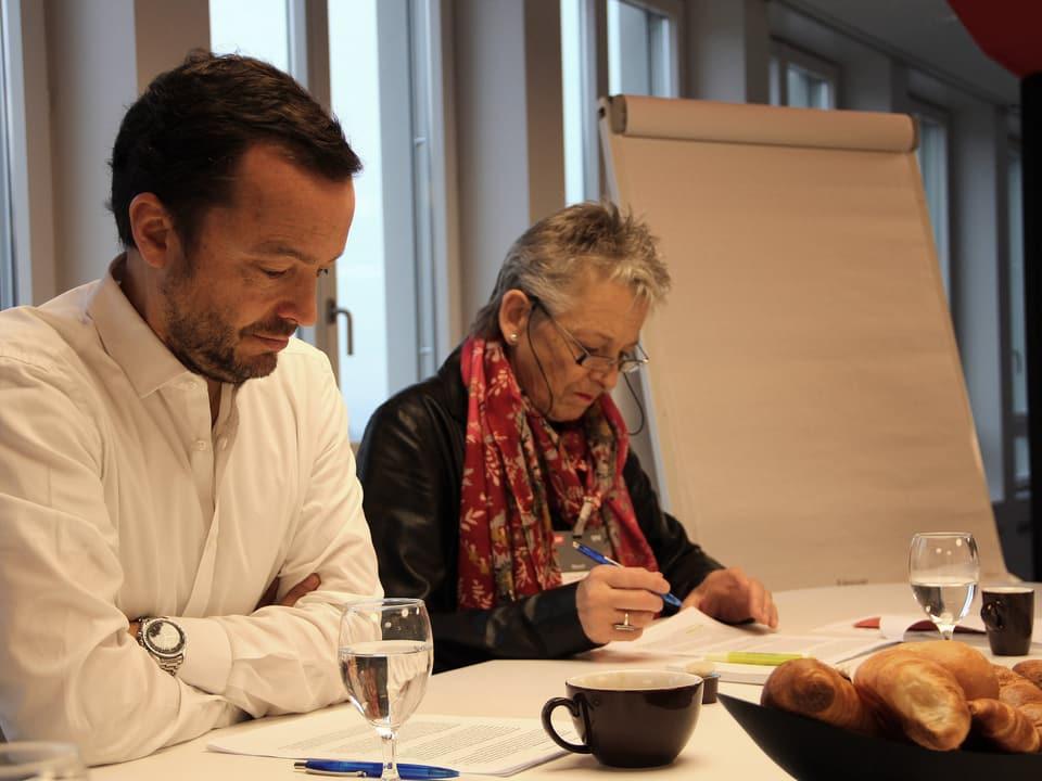 Peter Röthlisberger und Theres Arnet-Vanoni lesend.