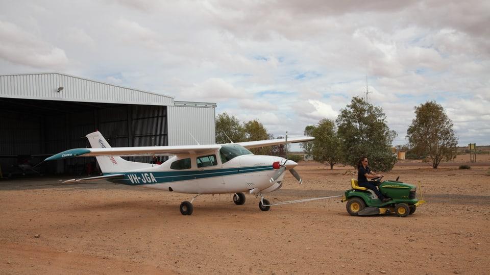 Talia Sheppard zieht ihren Flieger aus dem Hangar.