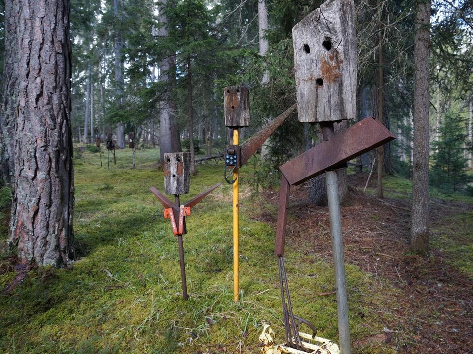 Menschenähnliches Gebilde aus Holz und Metall.