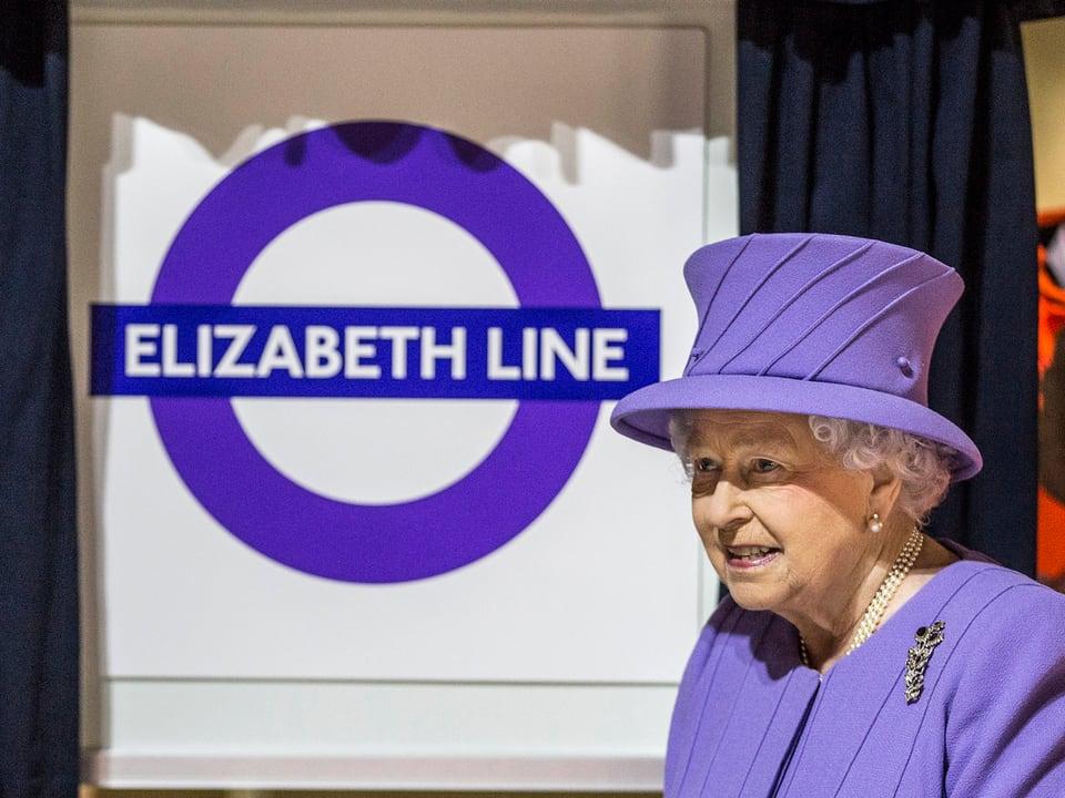 die Queen vor dem U-Bahn-Logo.
