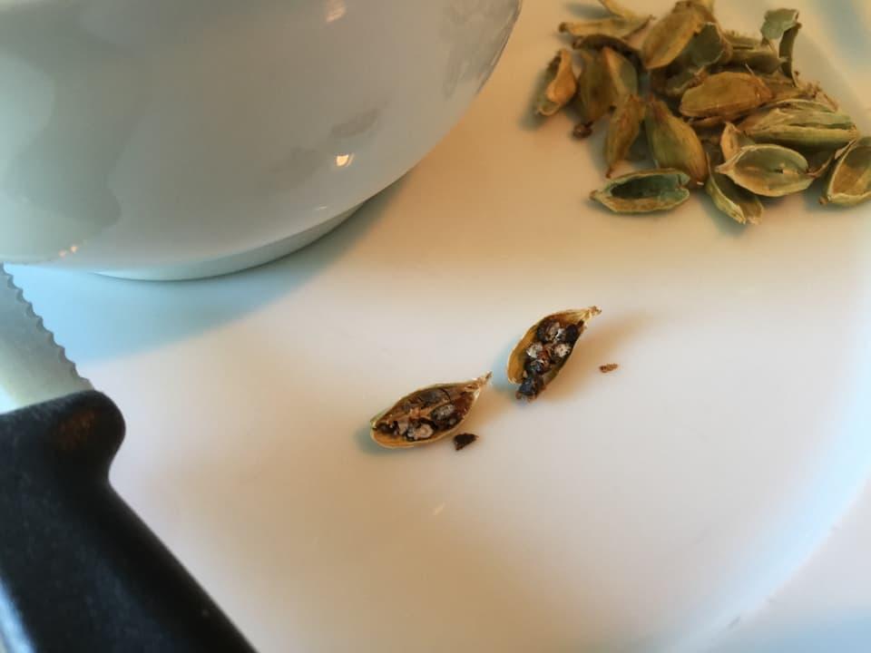Kardamom-Samen müssen verkleinert werden.