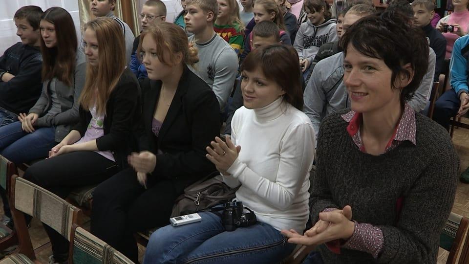 Kathrin Winzenried bei Schulveranstaltung in Russland