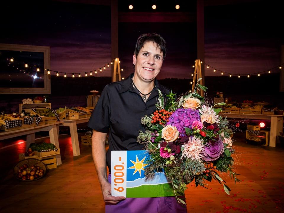 Monika Knellwolf mit Blumenstrauss.