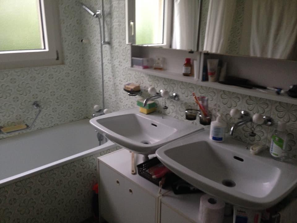 Badezimmer mit zwei Waschbecken.
