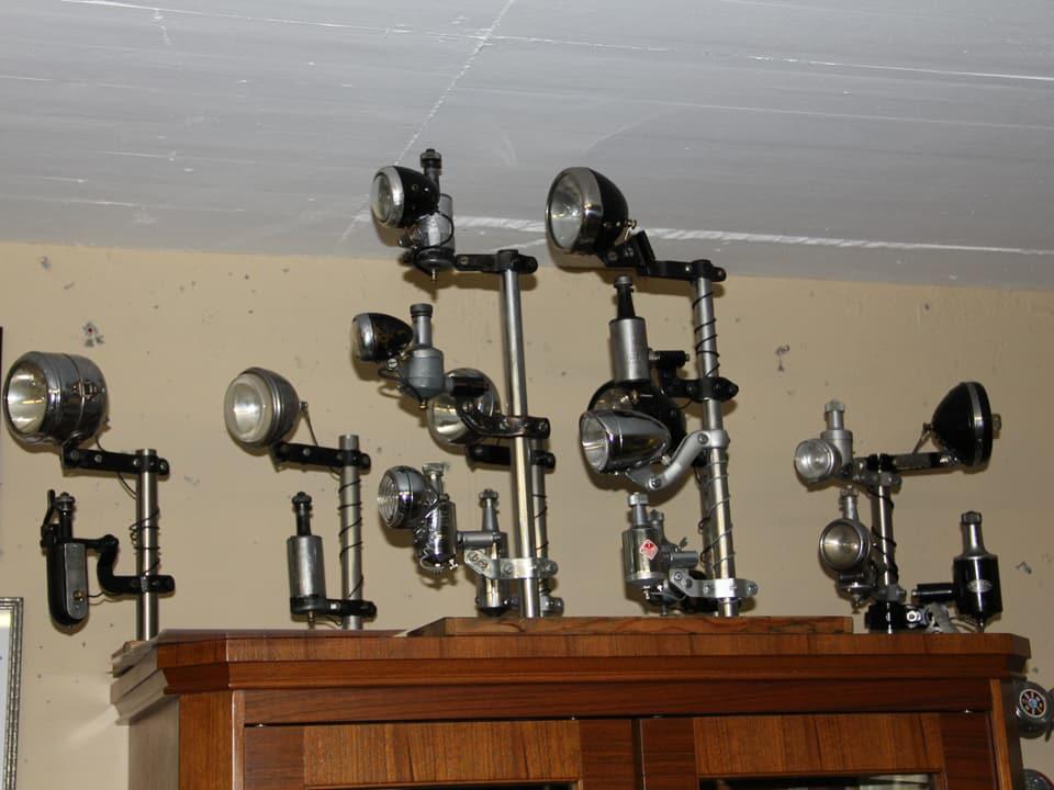 Alte Fahrradlampen stehen auf einem alten Schrank.