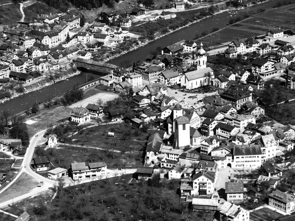 Fotografia da 1957. Davantvi la citad veglia. Sur il Rain la punt da lenn, remplazzada 1962 tras la punt actuala.