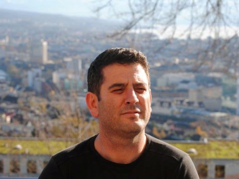 Sozialarbeiter Bedri Krasniqi weist darauf hin dass sich die Albaner seit Jahrzehnten diskriminiert fühlen Das gehöre dazu und begleite die Albaner.
