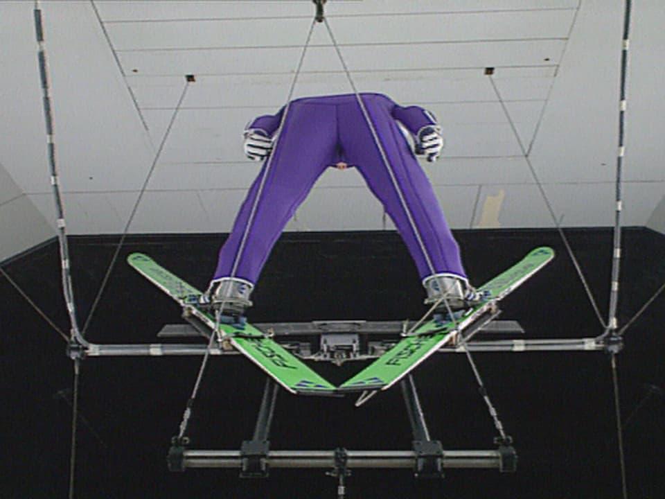 Stefan Zünd im lilafarbenen Sprunganzug im Windkanal