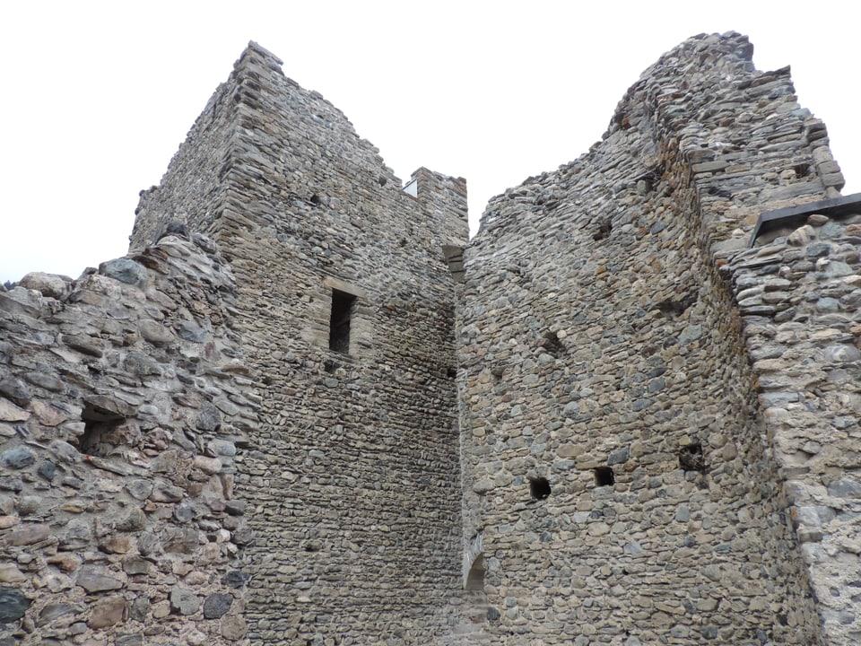 Detagl da la ruina dal chastè Tschanüff a Ramosch.