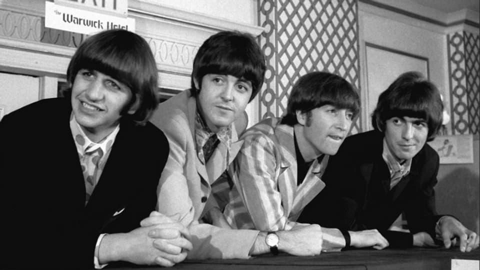 """1967 – l'onn cura ch'ils Beatles preschentan lur album legendar """"Sgt. Pepper"""""""