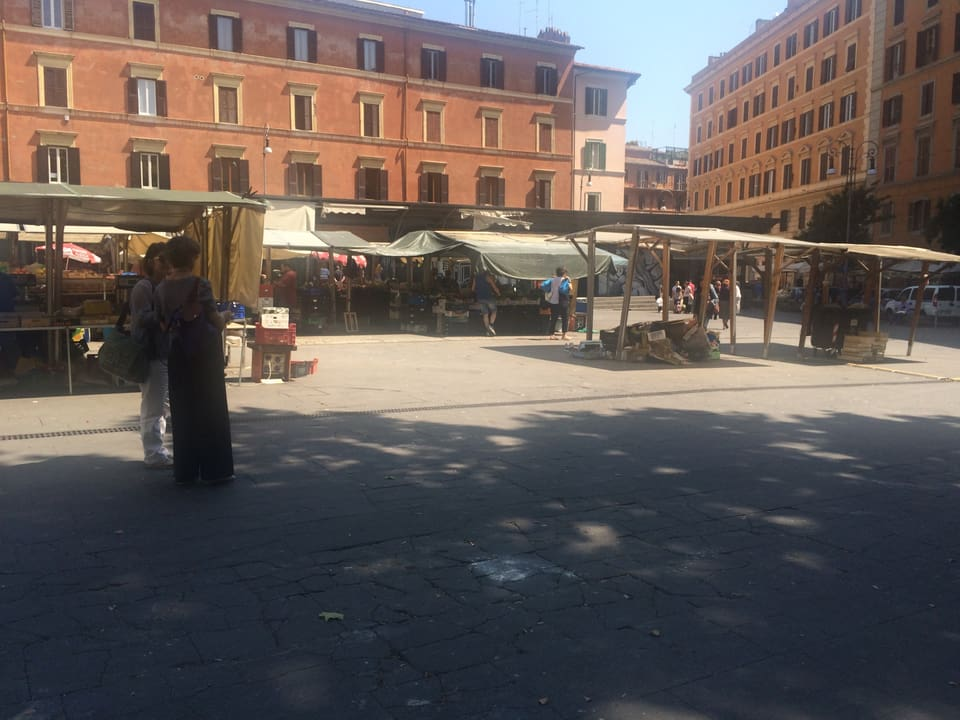 Trastevere – ils tipics palazis cun sias colurs ed dapertut puspè ina piazza.