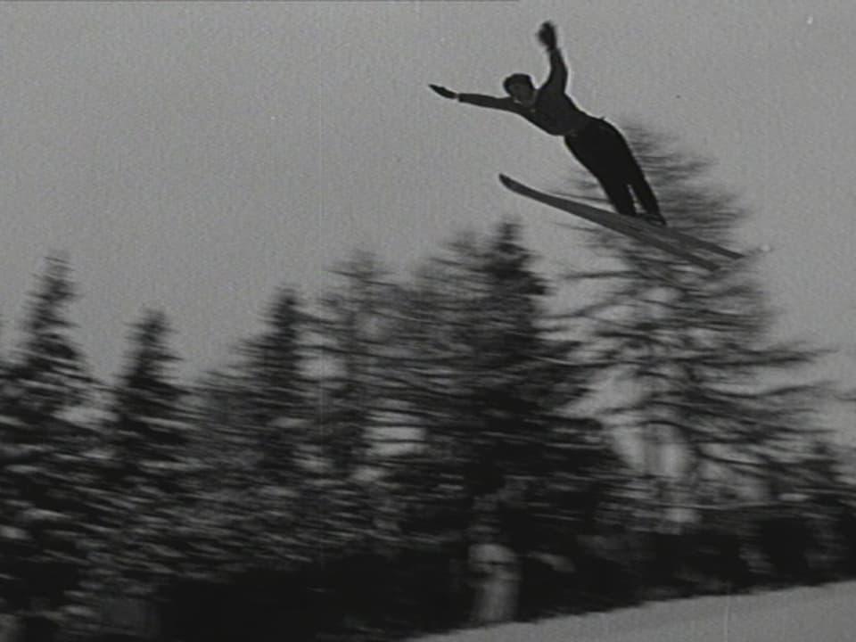 Schwarz-Weiss-Bild eines Skispringers