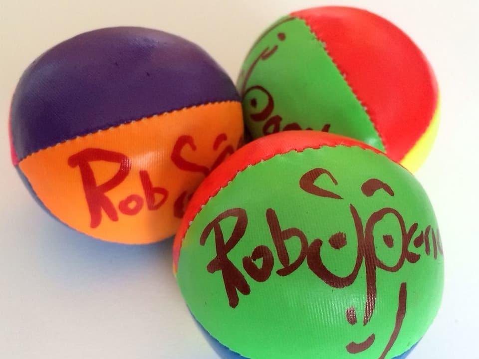 Jonglierbälle von Komiker Rob Spence signiert