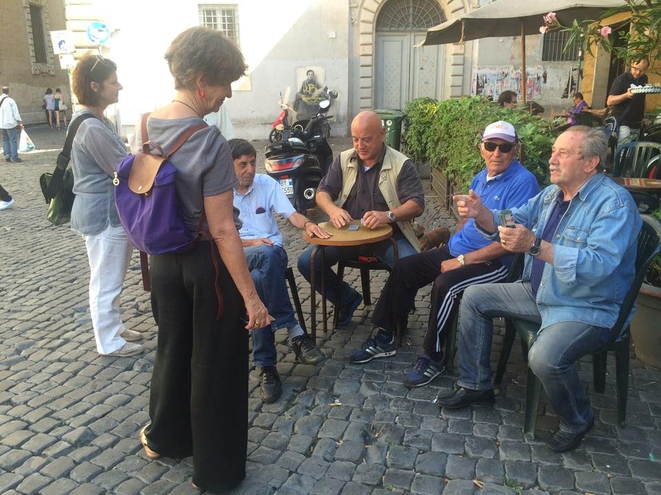 Sin la piazza San Egidio – ils gieus da cartas sco passatemp per intgin Trasteverin.