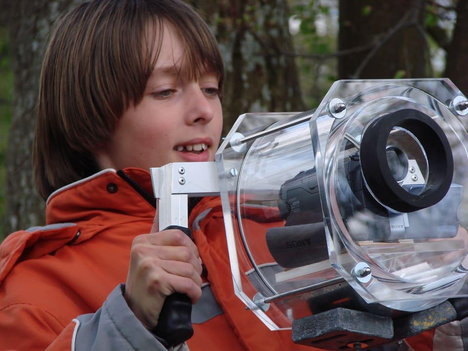 """Terence Cigler: Fischparade, die Schweiz """"Down under"""" (Terence mit Unterwassergehhäuse für Kamera)"""