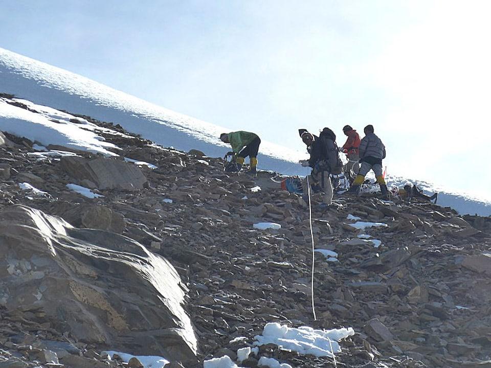 Alpinisten legen ein Sicherungsseil.