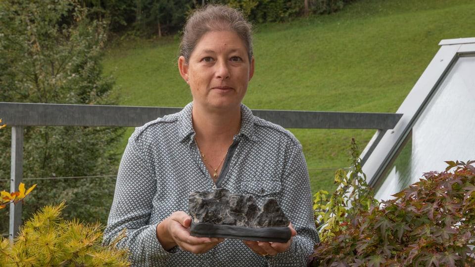 Silvia Thoma, cun ses crap preferi da la collecziun da Suiseki.