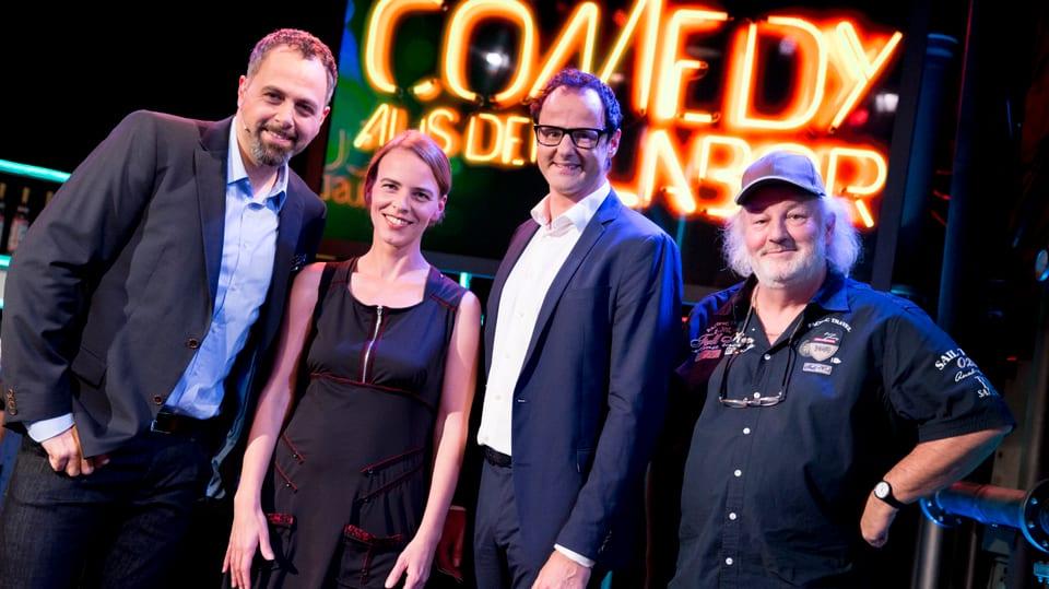 Gruppenfoto auf der Bühne mit Michel Gammenthaler, Uta Köbernick, Vince Ebert und Peach Weber.