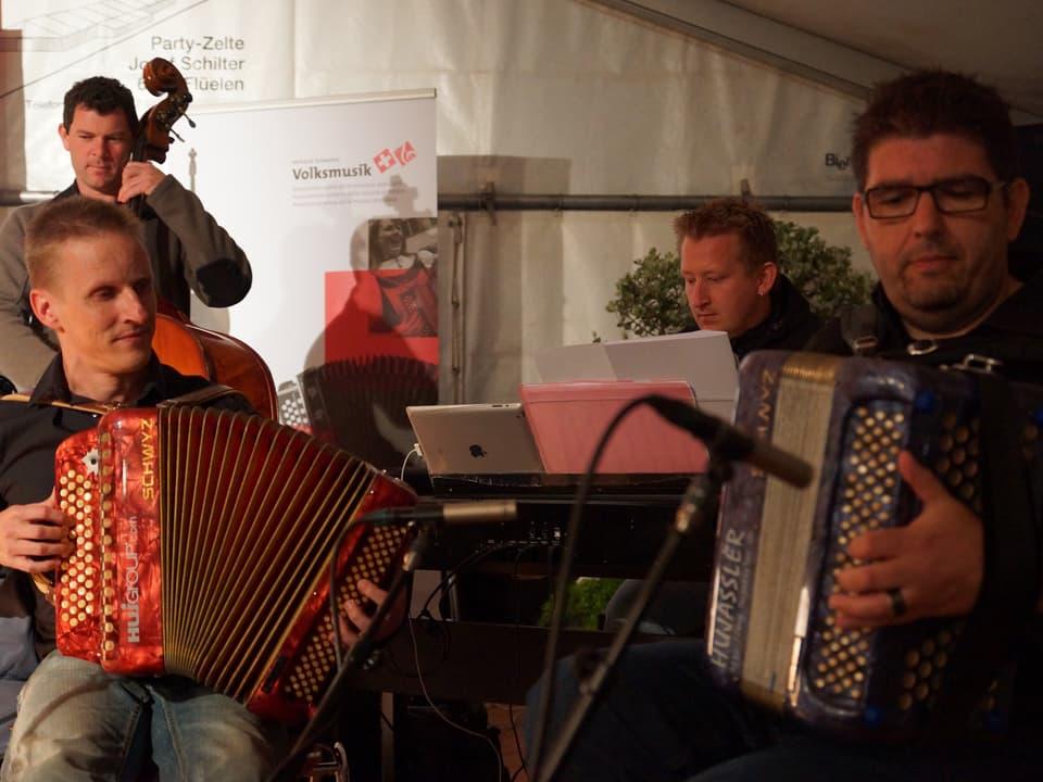 Vier Musiker in Aktion auf der Bühne.