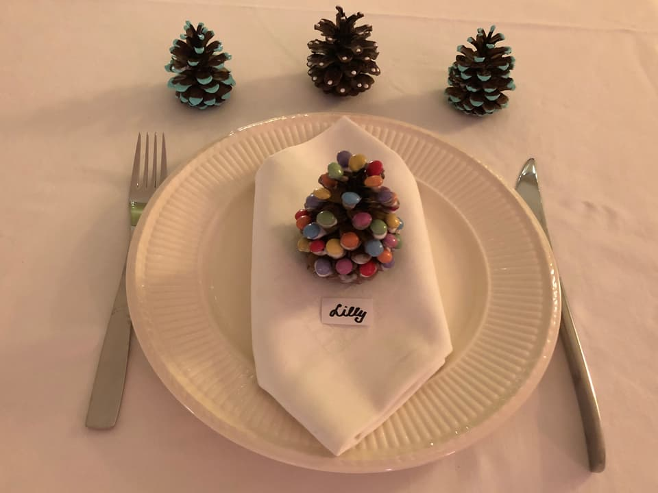 Das Bild zeigt den Smarties-Tannenzapfen auf einem Teller.