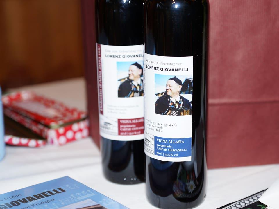 Das Etikett der beiden Weinflaschen zeigt das Konterfei von Lorenz Giovanelli