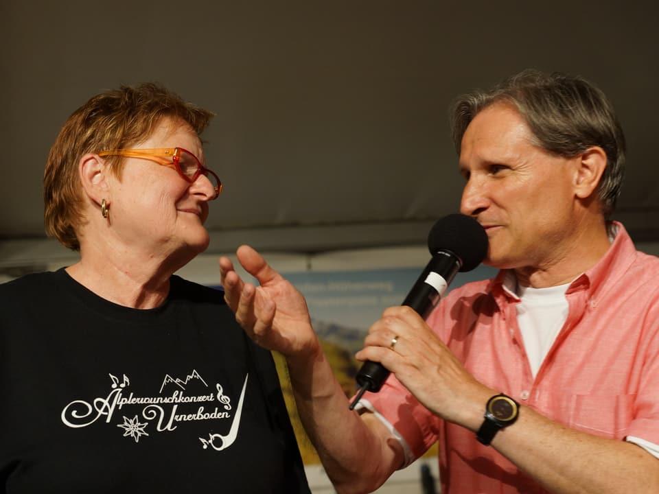 Beat Tschümperlin unterhält sich auf der Bühne mit Béa Andrek.