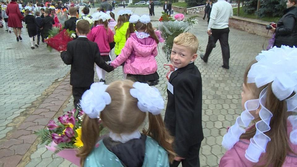 Johann, der Sohn von Hans und Julia Michel, wird eingeschult – traditionell feiert ganz Russland diesen grossen Tag.