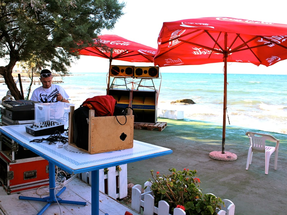 Sieht aus wie in Jamaika: Handgemachtes Soundsystem am Strand von Casalabate.