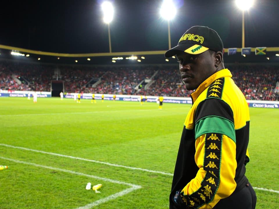 Ein Assistent des Cheftrainiers während des Spiels.