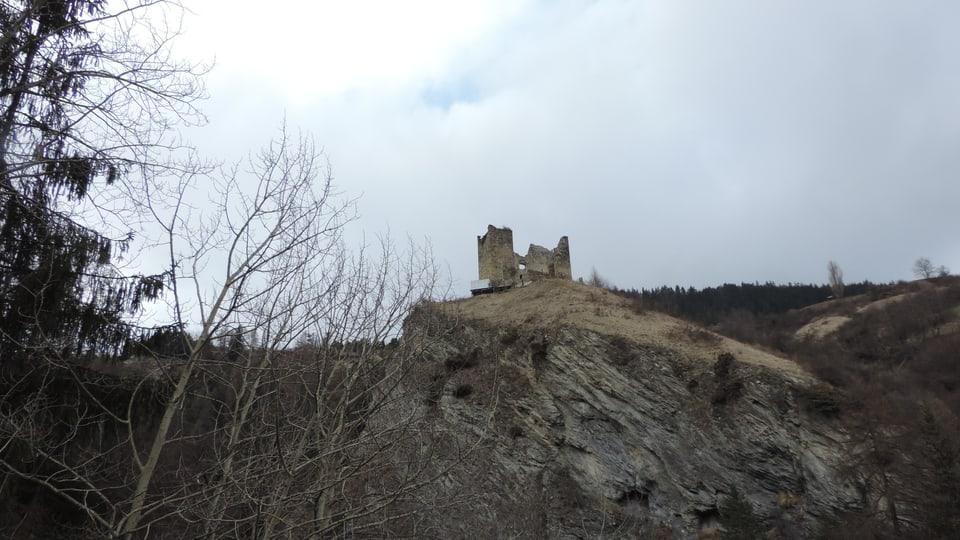 La ruina dal chastè Tschanüff da la vart dal sid.