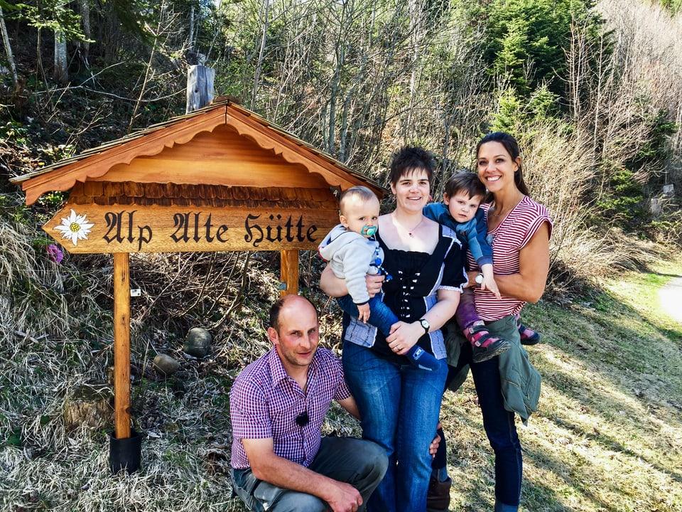 Kari und Marina Nussbaumer und ihre zwei Kinder zusammen mit Kiki Mäder auf ihrer Traumalp.