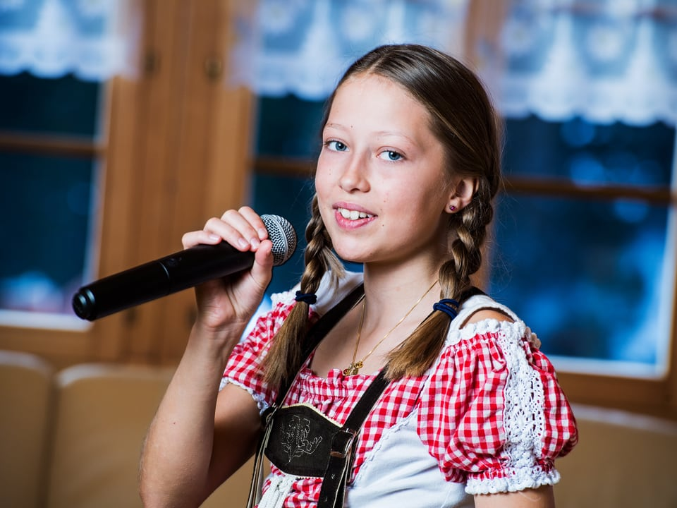 Anina mit Mikrofon.
