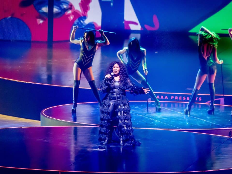 Sängerin Chaka Khan singt auf der Bühne.