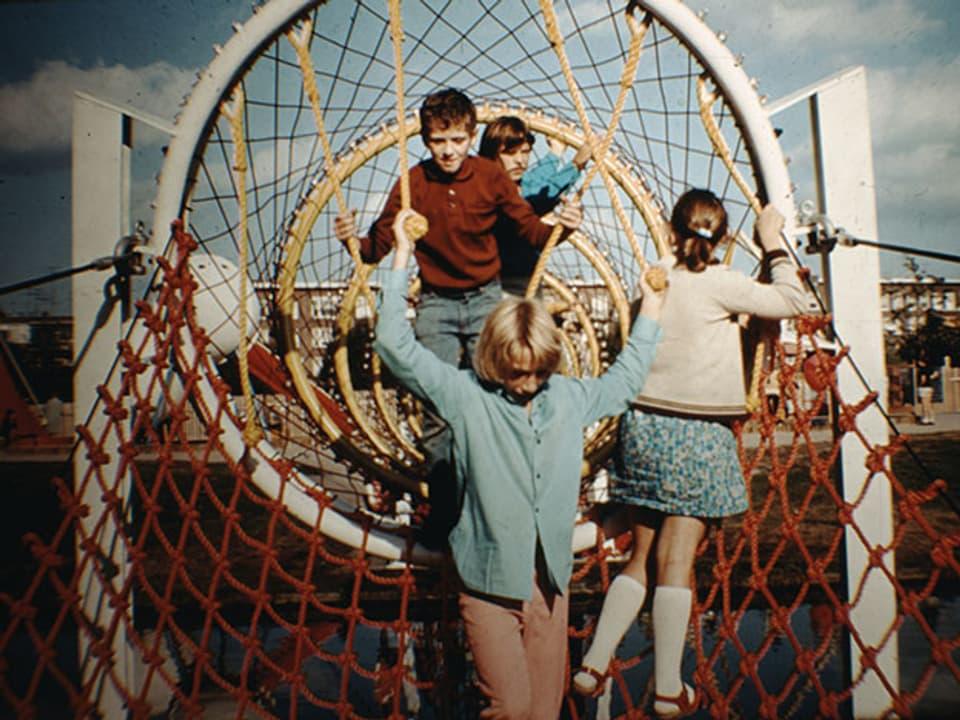 Kinder laufen durch ein Netz.