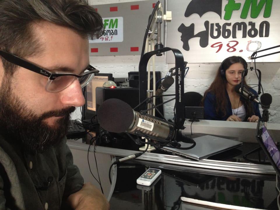 Beim Privatradio Ucnobi holt sich Andi wertvolle Tipps, um sich für die Stadt zu wappnen. Lektion Nummer 1: Georgier nehmen's nicht so genau mit der Pünktlichkeit. Die Morgensendung von Moderatorin Mari beginnt regelmässig eine Viertelstunde zu spät.