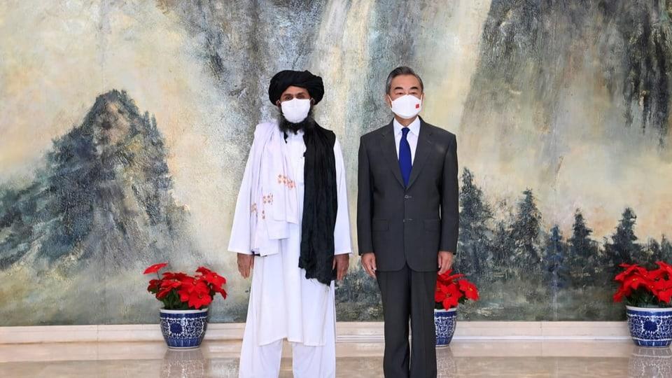Barandar (l.) mit einem Vertreter einer chinesischen Delegation