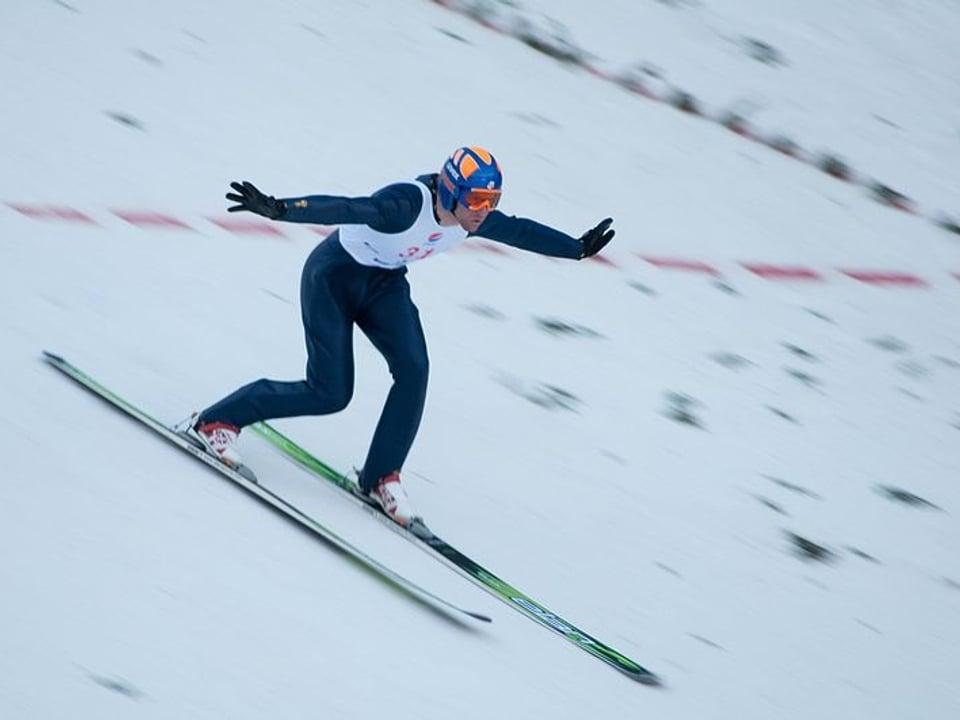 Der US-amerikanische Skispringer Alex Miller landet 2009 im Telemark-Stil.