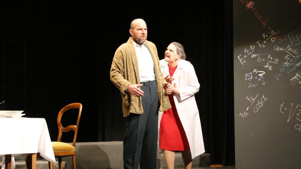 La directura dalla chasa da narramenta Mathilde von Zahnd (Leonie Bandli) en discussiun cun il pazient Möbius (Thomas Buchli).